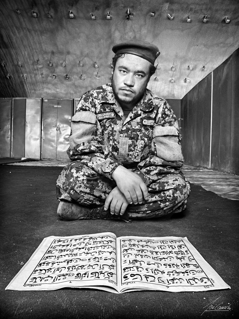 """""""El Sargento Amín. Como la mayoría de los soldados afganos el Sargento Amin de etnia Hazara (descendientes de los mongoles), era muy religioso y sabía leer y escribir; lo podíamos observar casi todos los días leyendo el Corán en el lugar que para ello se tiene habilitado en los dormitorios del Kandak. Ya que era soltero, el Capitán Abdul, su jefe, con frecuencia le decía que fuese a cierto barrio de Herat y buscase una mujer de su etnia; sin ánimo de ofender le pregunté a Abdul que si no podía ser una mujer Tayika o Pastún. Esta pregunta puso de muy mal genio al Capitán, ya que a los Hazara se les considera una raza inferior y sería una ofensa esa relación"""""""