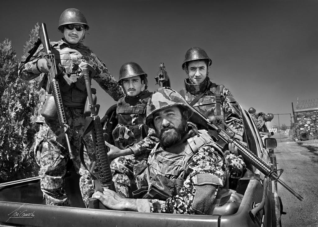 """""""La patrulla motorizada Soldados del Kandak de infantería de la 3a Brigada del 207 Cuerpo de Ejército Afgano, se disponen a salir de misión partiendo de Camp Zafar con dirección a Qala-e-Now. Nótese que aunque hay uniformidad en el armamento (fusiles M-16 americanos), el casco que portan es de origen rumano""""."""