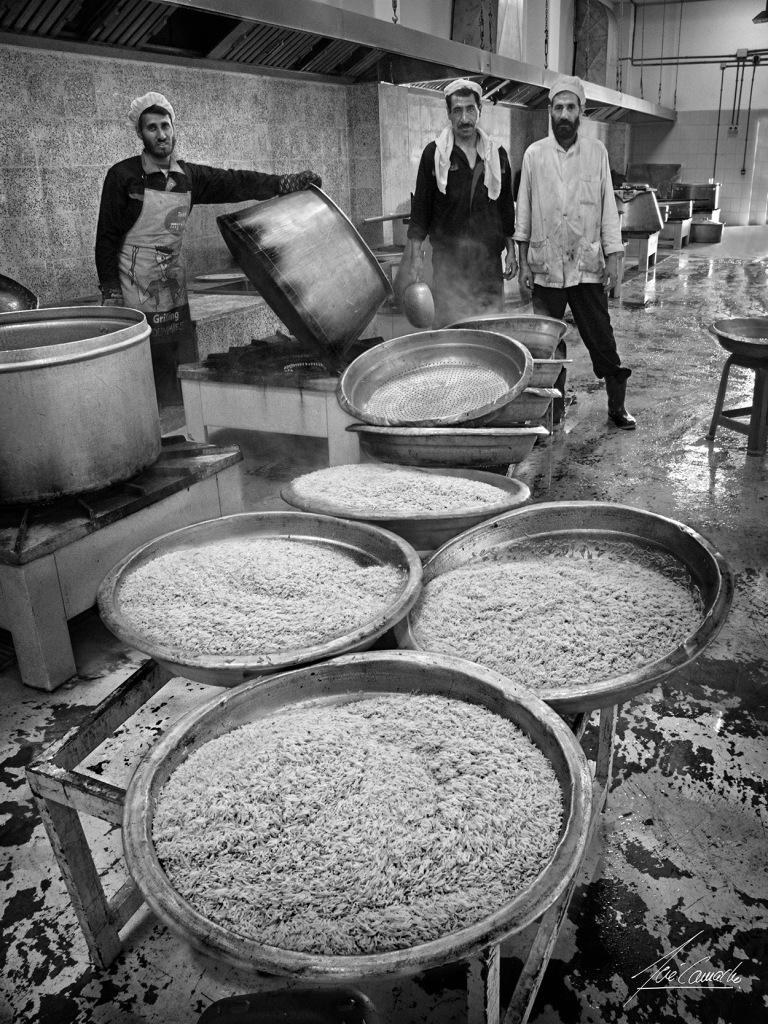 """""""El arroz nunca falta. La comida en el campamento afgano era siempre la misma, la base de la alimentación se basaba el arroz. El menú diario consistía en un buen plato de arroz con un poco de carne, garbanzos pequeños con algo parecido a las acelgas y una especie de yogurt natural acido con grumos; a veces algo de fruta. Hay que decir que el punto de cocción que le daban al arroz era inmejorable""""."""