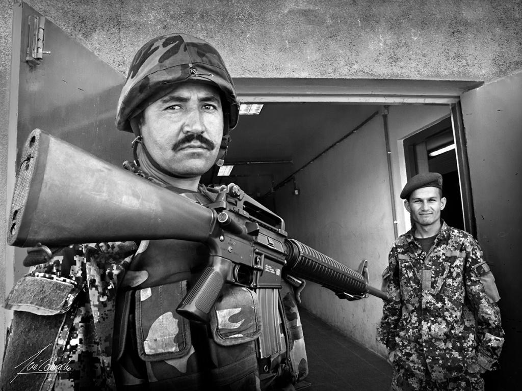 """""""El guardián del kandak (1). Como servicio de vigilancia, custodiando las puertas del edificio del Kandak, se colocaba un hombre armado. En la foto, vemos un soldado Hazara perfectamente equipado con equipo y armamento de procedencia americana""""."""