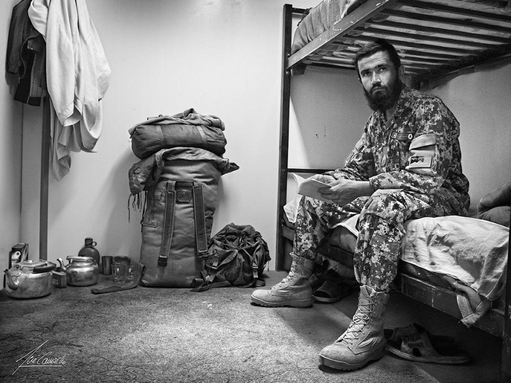 """""""El Mulá. Al servicio de cada Kandak había un Mulá (sacerdote) y algunos acólitos. El Mulá como hombre religioso, era respetado por todos y dentro del dormitorio tenía un sitio especial y reservado. En su habitación nunca faltaban los útiles para elaborar el té, con el que obsequiaba a sus invitados y amigos""""."""