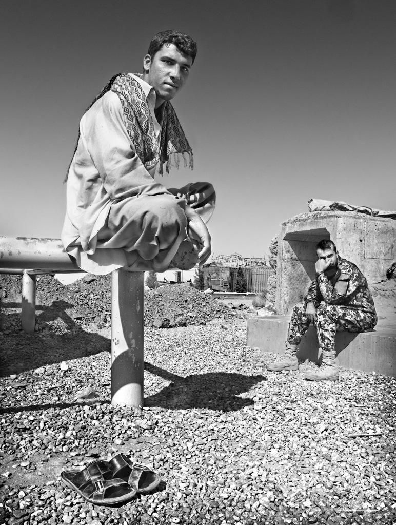 """""""Asiento incómodo. Me llamó la atención este joven y su manera de estar sentado. Para nosotros no resultaría nada cómodo. El soldado uniformado que está al fondo se tapa la nariz en señal de repulsa, no todos estaban de acuerdo con nuestra presencia allí""""."""