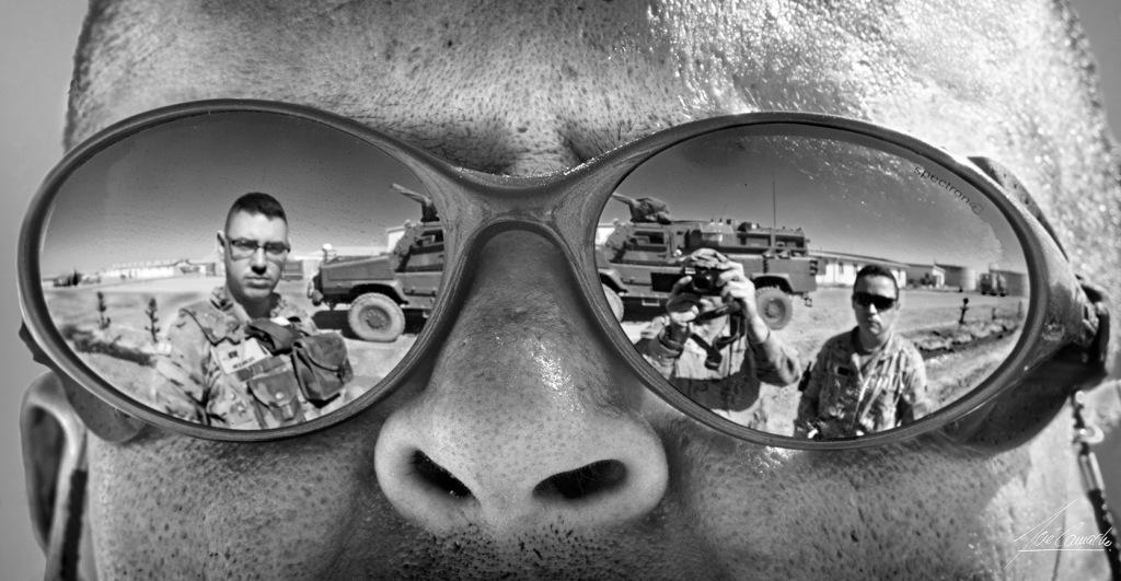 """""""Reflejo en gafas de sol. Vista de Camp Zafar a través del reflejo en unas gafas de sol""""."""