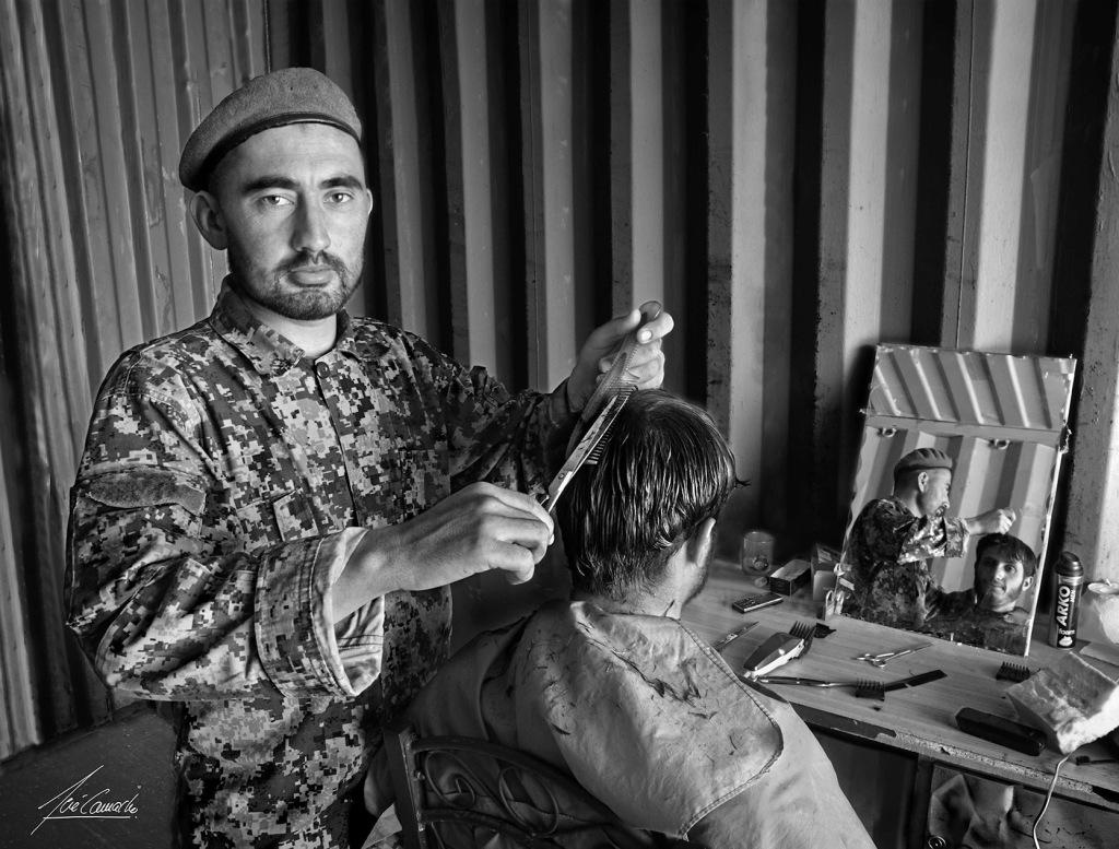El peluquero afgano. Uno de los soldados del Kandak ejercía la labor de peluquero. Desempeñaba su cometido en un contenedor precariamente habilitado para ello. Su destreza en el oficio se adquiría sobre la marcha y era directamente proporcional al número de cabezas que pasaban por sus manos.