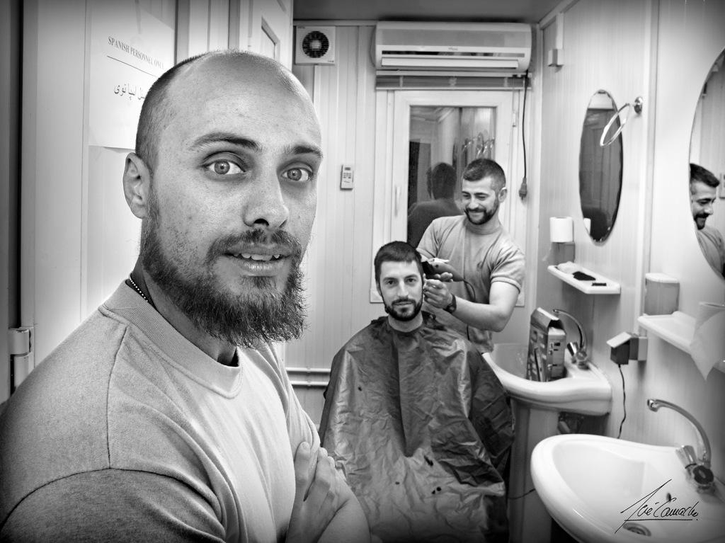"""""""El peluquero español. De manera muy similar a nuestros pupilos, uno de los nuestros ejercía la labor de peluquero. Sus medios no eran mejores que su colega afgano, la destreza en el oficio era adquirida de igual manera. La peluquería de circunstancias se montaba en los servicios""""."""