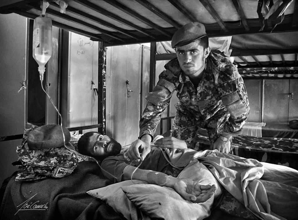 """""""El enfermo. El compañerismo existía en el ANA, con bastante falta de medios e instalaciones. Cuando alguien caía herido o enfermo, siempre había un compañero que lo auxiliaba. En este caso el soldado enfermo padecía una seria disentería""""."""